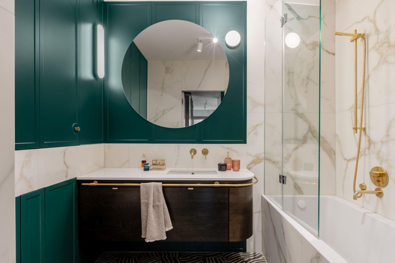 Zarówno minimalistycznie czarna armatura, jak i złota w stylu łaźni retro, całkowicie odmienią wnętrze i stworzą łazienkę jak z Instagrama.Projekt Finchstudio. Stylizacja i fot. Aleksandra Dermont