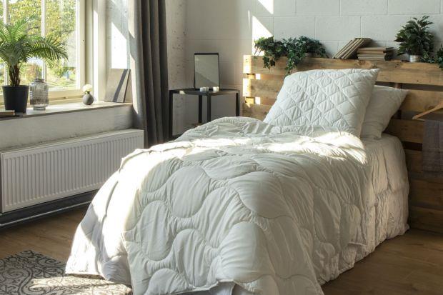 Zmian pościeli to idealny pomysł na lepszy i bardziej wygodny sen latem. Ta niewielka zmiana sprawi, żeciepłe i przytulne, zimowe łóżko, stanie się rześkie, nawet w najbardziej upalne noce. Sprawdź, jakie korzyści niesie za sobą zmiana pośc