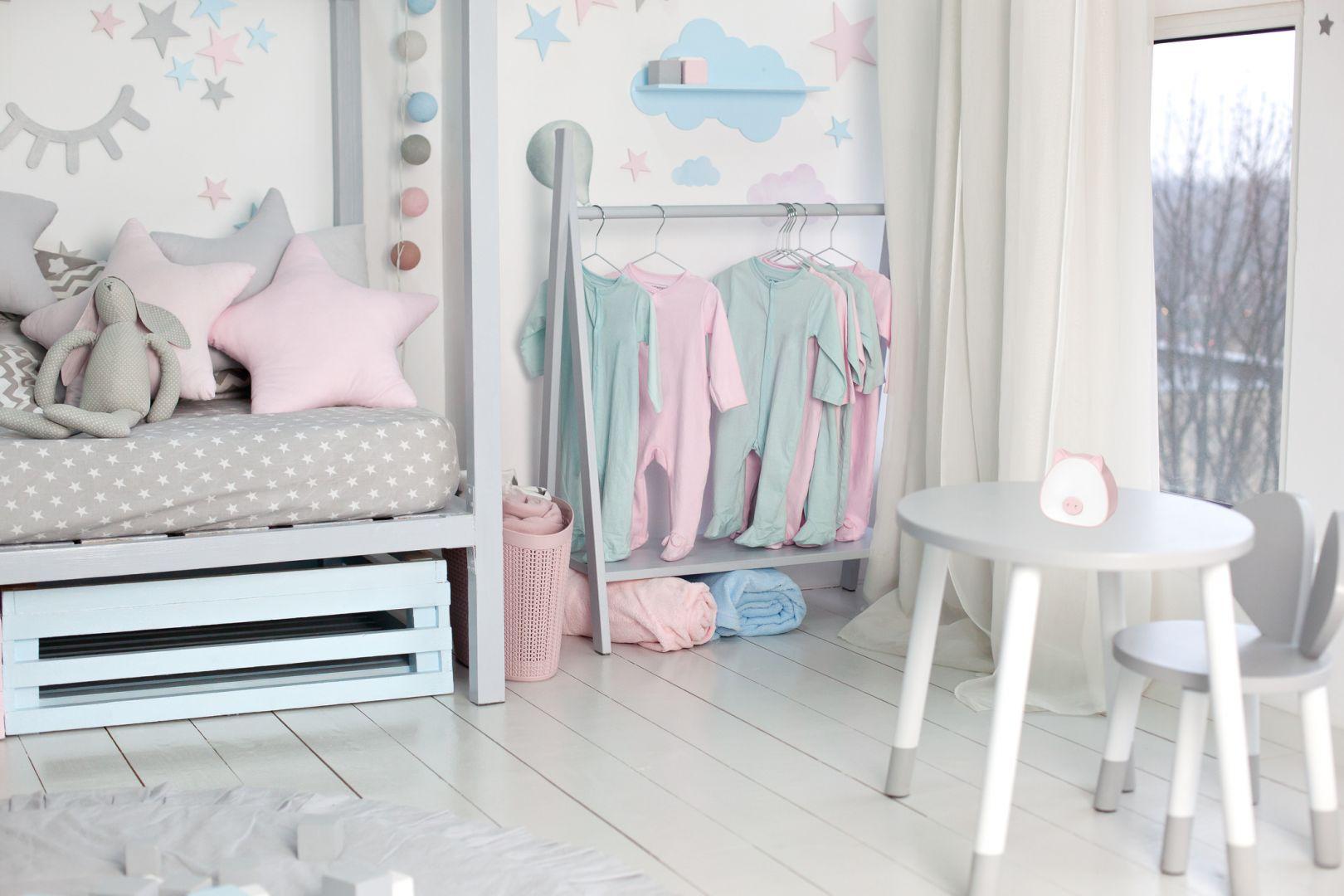 Dziecięcy pokój pełni wiele funkcji – jest strefą, gdzie nasze dziecko odpoczywa, uczy się, ale i relaksuje.