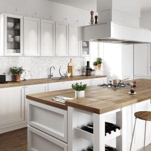 W aranżacji kuchni białe jest niemal wszystko: ściany, meble, mozaika pomiędzy strefą górnych i dolnych szafek, duży okap nad wyspą, naczynia, waga. Fot. Ferro