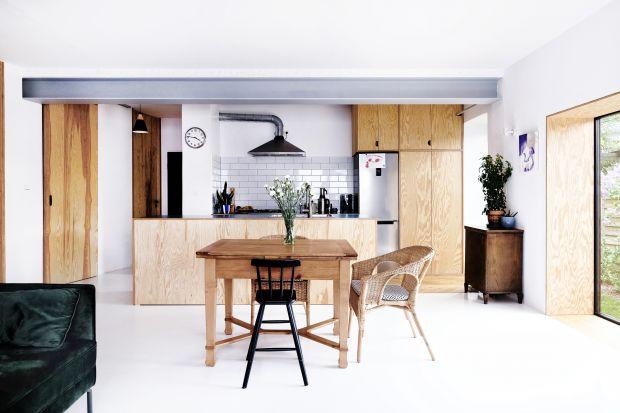 90- metrowy dom to projekt autorstwa pracowni architektonicznej Atelier Starzak Strebicki. Jasne i przestronne wnętrza zachęcają do wypoczynku.
