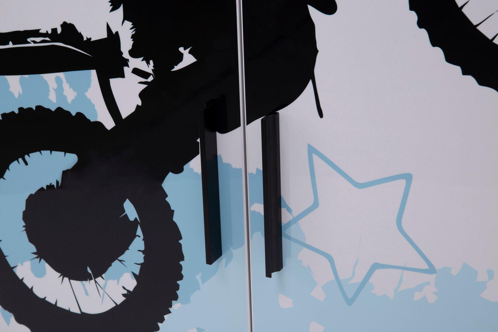 Kolekcja mebli Motocross do pokoju nastolatka. Ceny: regał - od 229 zł, szafa - od 569 zł, komoda - 899 zł, łóżko - 999 zł, biurko - 699 zł. Sprzedaż: Salony Agata
