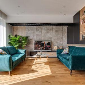 Jasny salon urządzony w nowoczesnym stylu. Projekt: Marta Kilan, Anna Kapinos, Tomasz Słomka. Fot. Radosław Sobik