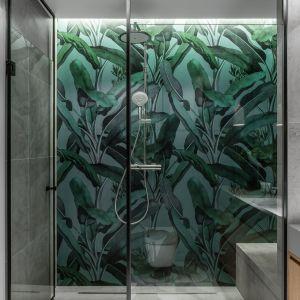 Kolorowa tapeta z nadrukiem w strefie prysznica. Projekt Raca Architekci. Fot. Fotomohito