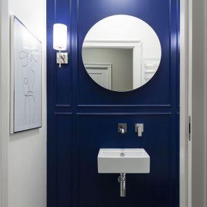 Modny niebieski w łazience. Projekt Studio Projektowania Miśkiewicz Design. Fot. Anna Powałowska