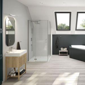 Dopasowanie obudowy wanny do ściany, kontrastuje z resztą pomieszczenia. Fot. Sanplast