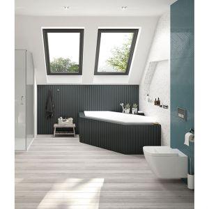 Stawiając na jasne kolory w łazience, dobrym pomysłem może być połączenie ich z ciemniejszymi elementami. Fot. Sanplast