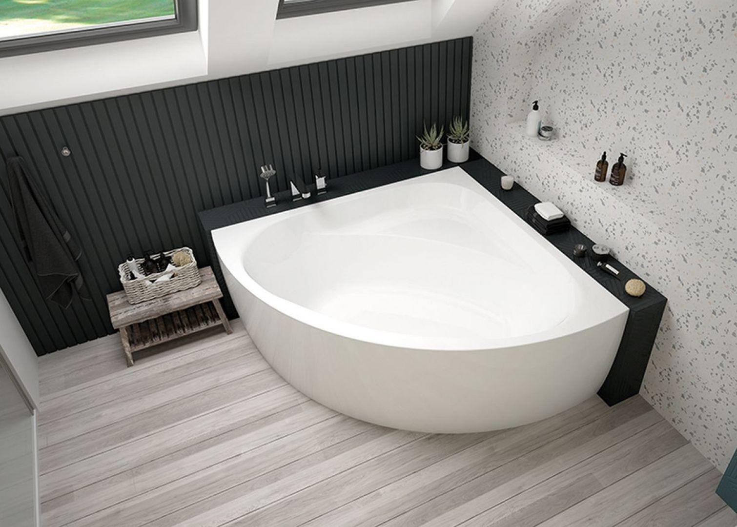 Usytuowanie wanny przy oknie jest rozwiązaniem idealnym, które pozwoli jeszcze mocniej zrelaksować się w czasie kąpieli. Fot. Sanplast