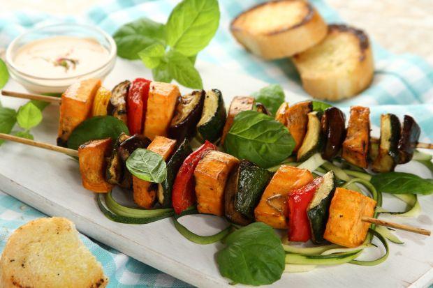 Menu grillowezdominowane jest przez różnego rodzaju mięsa: kiełbaski, steki, skrzydełka, żeberka, burgery oraz ryby. A może by tak w tym sezonie postawić na daniawwersji bezmięsnej. Są pyszne, a ich przygotowanie naprawdę proste.