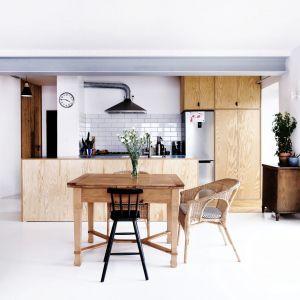 Biel i drewno w przytulnie urządzonej kuchni. Projekt: Atelier Starzak Strebicki. Fot. Danil Daneliuk