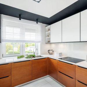 Ściana nad blatem w kuchni wykończona jest szkłem w białym kolorze. Projekt: Magdalena Kaczmarka, mDesignStudio. Współpraca: Dekorian Home. Fot. Artur Krupa