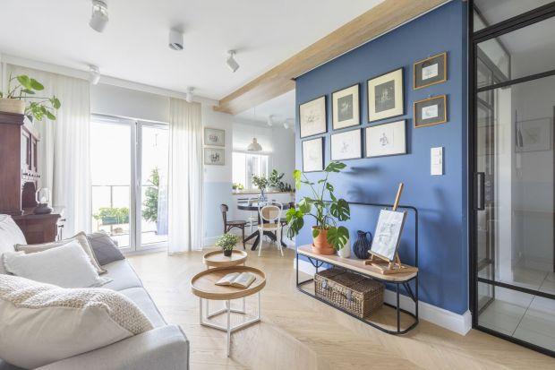 Niebieski to kolor, który szturmem podbija świat designu i urządzania wnętrz. Kolor ten pozytywnie wpływa na nasze samopoczucie, a w połączeniu z materiałami takimi jak drewno potrafi zmienić nasze cztery kąty w bezpieczną przystań.