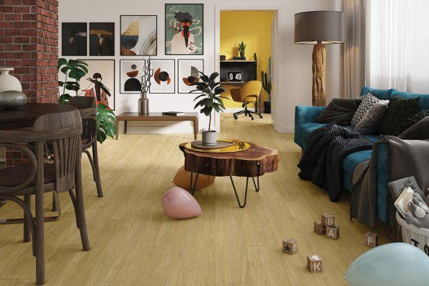 Drewno w aranżacjach wnętrz nie wychodzi z mody. Dotyczy to także podłogi, której niepowtarzalny urok i unikatowy rysunek drewna, ociepli każde miejsce w domu.