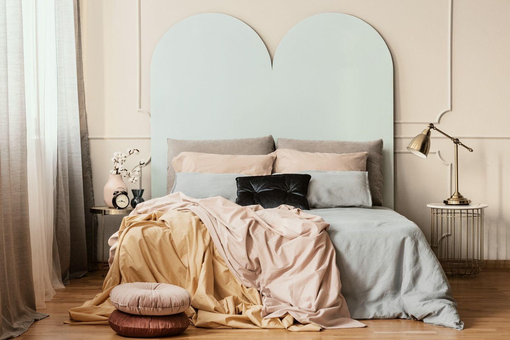 Wdzięczną bazę stworzą w sypialni ściany w ciepłym odcieniu Cappucino, na których tle już sama pościel w różnych odcieniach lodowych pasteli będzie kreować artystyczną przestrzeń. Fot. Beckers