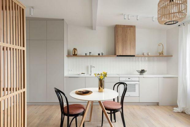 Płytki ceramiczne, szkło, fototapeta, a może płyta cegła? Zastanawiasz się jak wykończyć ścianę nad blatem w kuchni? Mamy dla ciebie kilka fajnych pomysłów i ciekawych inspiracji. Zobacz jak ścianę nad blatem w kuchniach wykończyli inni.