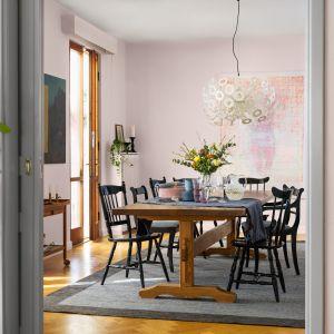 Ściany w jadalni pomalowano farbą Beckers Designer w kolorze Powder Pink. Fot. Beckers