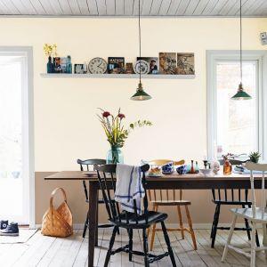 Ściany pomalowano farbą Beckers Vaggfarg w kolorze Swan. Fot. Beckers