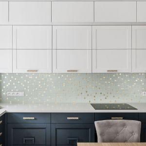 Ściana nad blatem w kuchni wykończona jest subtelną, lekko połyskującą mozaiką. Projekt: pracownia Magma. Fot. Fotomohito