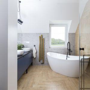 W większej łazience znajduje się piękna, wolnostojąca wanna i prysznic. Projekt: Joanna Ochota (Concept JOana). Fot. Jaga Kraupe
