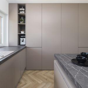 Wysoka zabudowa zapewnia bardzo dużo miejsca na przechowywanie w kuchni. Projekt: Joanna Ochota (Concept JOana). Fot. Jaga Kraupe