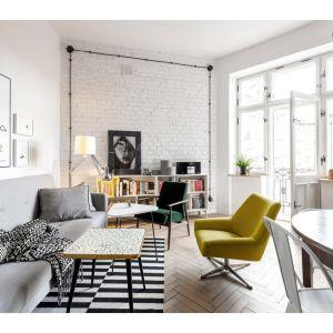 Nowoczesny salon w jasnych kolorach, z cegłą na ścianie. Projekt: Małgorzata Seta. Fot. Przemysław Kuciński, Alicja Kozak