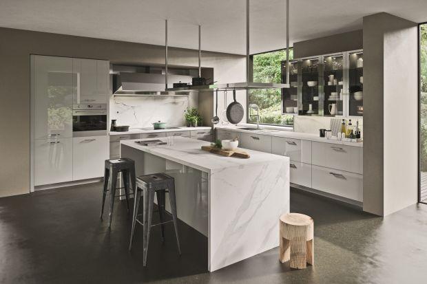 Elegancka i ponadczasowa kuchni urzeka bogactwem aranżacyjnych detali, dzięki którym każdy może skomponować wymarzony model.