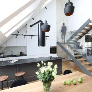 Niegdyś skrywana przed światem, dziś kuchnia jest pomieszczeniem eksponowanym, w którym lubimy przebywać, ale też zapraszać gości i chwalić się nią. Projekt Katarzyna Mikulska-Sękalska. Fot. Bartosz Jarosz