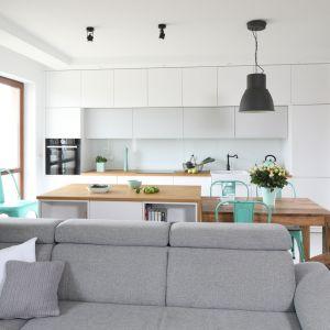 Kuchnia jest jednym z pomieszczeń, które urządzamy kompleksowo i raz na długi czas. Projekt Agnieszka Żyła. Fot. Bartosz Jarosz