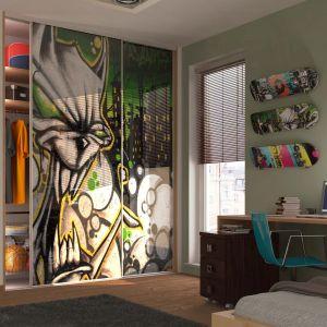 Precyzyjnie dopasowane i zaplanowane szafy czy zabudowa, pozwalają zaprojektować konkretne strefy czy funkcjonalne schowki. Fot. Komandor