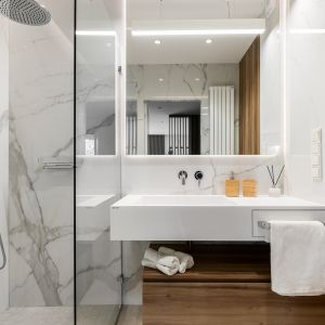 Łazienka z prysznicem urządzona jest w jasnych kolorach. Projekt: Tomasz Kaim, Agnieszka Drużkowskam, kaim.work. Fot.  Patryk Polewany