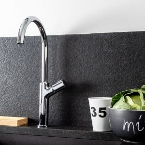 Baterie Meandro spójnie wpisują się w aranżacje łazienek i kuchni, które opierają się na ograniczonej kolorystyce z zamiłowaniem do prostych linii. Projekt wnętrza: Justyna Smolec. Fot. Mariusz Bykowski