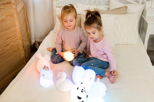 Oświetlenie jest niezwykle ważne w pokoju dziecka. Warto, aby było nie tylko funkcjonalne, ale też ładne, ciekawe i takie, które spodoba się maluchom.
