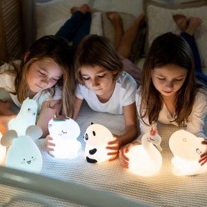 Gdy przychodzi pora spania subtelny kolor lampki pomaga dziecku wyciszyć się i zasnąć. Fot. InnoGIO