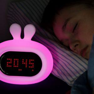 Dzięki wbudowanemu akumulatorowi, jednorazowe ładowanie lampki wystarcza na aż 10 godzin.  Fot. InnoGIO