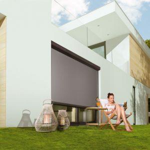 Nowoczesne budownictwo charakteryzuje się dużą ilością przeszkleń, dzięki którym zaciera się granica pomiędzy wnętrzem a zewnętrznym otoczeniem budynku. Na zdj. markiza VMZ Solar