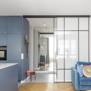 Jedyny mocy akcent stanowi sofa w intensywnym niebieskim kolorze. Projekt Decoroom Fot. Pion Poziom