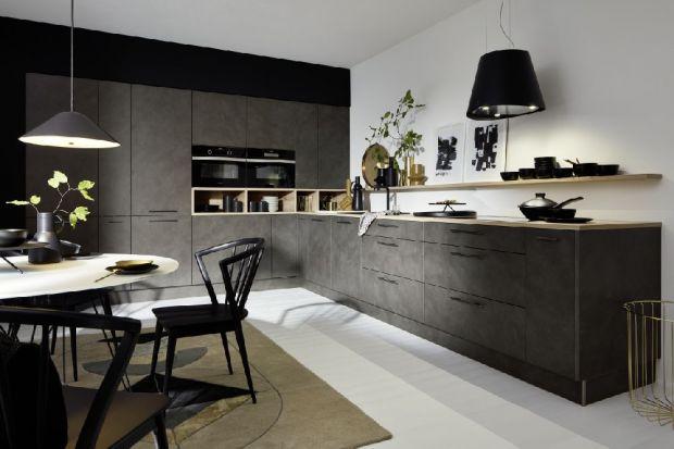 Czerń w kuchni to bardzo efektowne rozwiązanie. Doda naszej przestrzeni kuchennej elegancji i charakteru. Czy jednak kolor czarny w kuchni to dobry pomysł aranżacyjny? Czy sprawdzi się jakototal look kuchni?