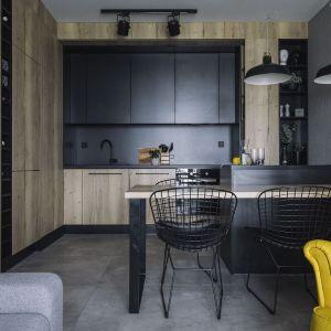 Czarna kuchnia to dobry pomysł nawet w małym wnętrzu - ważne, tylko aby była dobrze zaprojektowana. Projekt: make Architekci. Fot. Hanna Połczyńska, Kroniki Studio