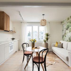 Salon z kuchnią w 36-metrowym mieszkaniu w Warszawie zaprojektowano w stylu boho. Projekt: Ola Dąbrówka, GOOD VIBES Interiors. Fot. Mikołaj Dąbrowski