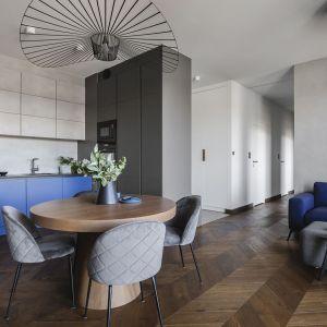 Salon z kuchnią pięknie łączy nowoczesny styl, zastosowane kolory i materiały. Projekt: make Architekci. Fot. Hanna Połczyńska, Kroniki Studio