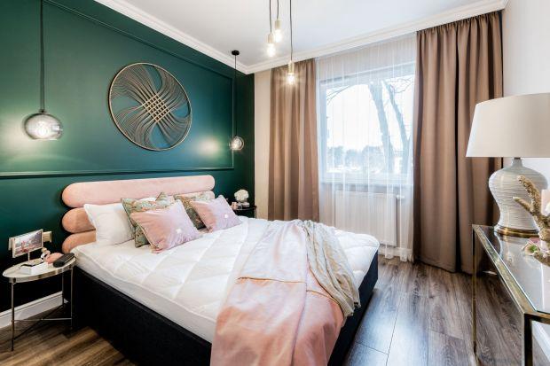 Kolorowa tapeta, stylowa sztukateria, a może tapicerowany zagłówek na całą ścianę? Sposobów na dekorację ściany w sypialni jest bardzo wiele. Zobaczcie te najbardziej efektowne!