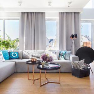 Szare zasłony pięknie pasują do koloru sofy w salonie. Projekt: Agnieszka Morawiec. Fot. Marta Behling, Pion Poziom