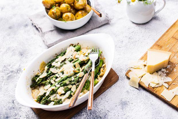 Polecamy przepis na zapiekankę ze szparagami, z orzechami, płatkami oraz startym parmezanem. Jest proste i szybkie w przygotowaniu.Można podawać je solo lub w przypadku większego apetytu, z młodymi ziemniakami posypanymi świeżym koperkiem.