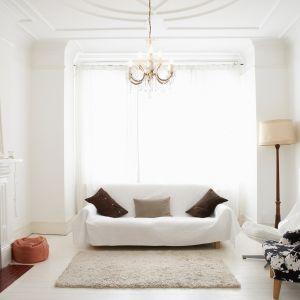 Białe ściany w salonie. Fot. Tikurilla