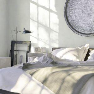 Jasna sypialni z białymi ścianami. Fot. Tikurilla