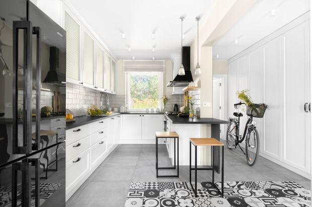Biała kuchnia nie wychodzi z mody. Biel nadal jest ulubionym kolorem waranżacji kuchni i doskonale pasuje do mebli w każdym stylu.