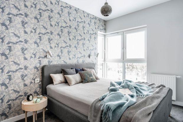 Tapeta to świetny pomysł na wykończenie ściany za łóżkiem w sypialni. Ma same zalety! Pięknie wygląda, dostępna jest także w wielu wzorach i kolorach.Zobacz piękne pomysły na wykończenie ściany za łóżkiem w sypialni z polskich domów i