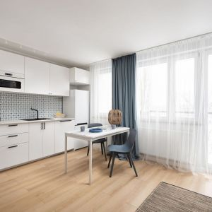 Mała kuchnia połączona jest z jadalnią oraz z salonem. To jedna otwarta przestrzeń. Projekt i stylizacja: Ola Dąbrówka, pracownia Good Vibes Interiors. Fot. Mikołaj Dąbrowski