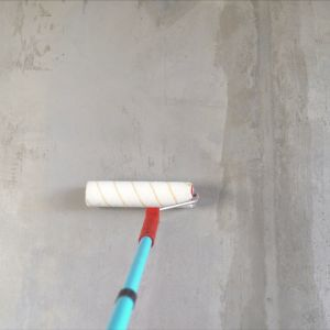 Odpowiednio przygotowane podłoże pod układanie płytek można następnie zagruntować przy pomocy szerokiego pędzla lub wałka malarskiego. Fot. Jurga