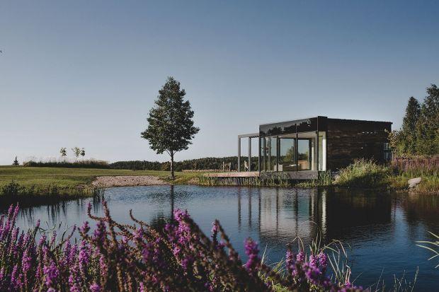 Domy typu stodoła cieszą się coraz większą popularnością. Zaprojektowany przez arch. Jagnę Bielowicką obiekt łączy architektoniczną wiedzę z piękne mazurskiego krajobrazu.
